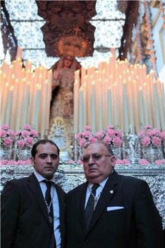 Paco Reguera junto a su hijo. / Costaleros del Nazareno