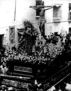 Procesión de la Hiniesta en 1936, con la primera Dolorosa de Lastrucci destruida en el incendio