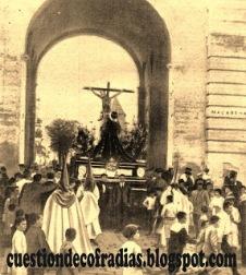 Misterio de la Buena Muerte y María Magdalena en el Arco de la Macarena 1919. Foto-Blog Cuestión de Cofradías
