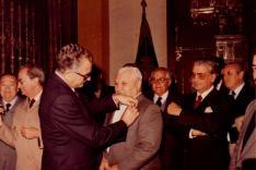 Ricardo Mena Bernal, Hermano Mayor de la Hermandad de los Estudiantes imponiéndole la insignia de Oro de la Hermandad a Salvador