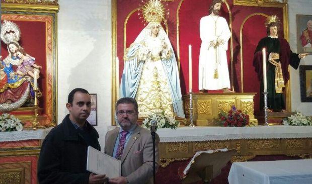 Juan José Castellano entregándole la partitura a Manuel Luis Pazos, hermano mayor del Carmen | Foto: Hermandad