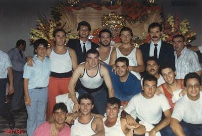 Los hermanos Gallego junto a la cuadrilla de la Virgen del Rosario de los Húmeros, década de los 80.