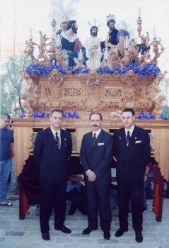 Los hermanos Gallego delante del misterio del Carmen cuando la cofradía salía el Viernes de Dolores.