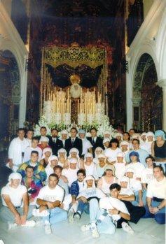 Los hermanos Gallego junto a la cuadrilla de la Virgen del Carmen en la salida por el décimo aniversario de la dolorosa.