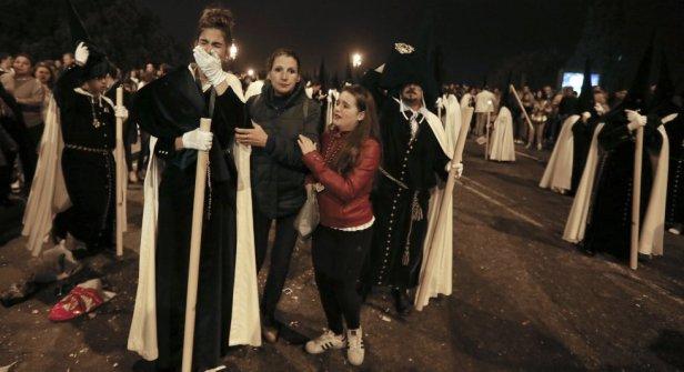 Carreras y Avalanchas en la Madrugá | Alejandro Ruesga para el País