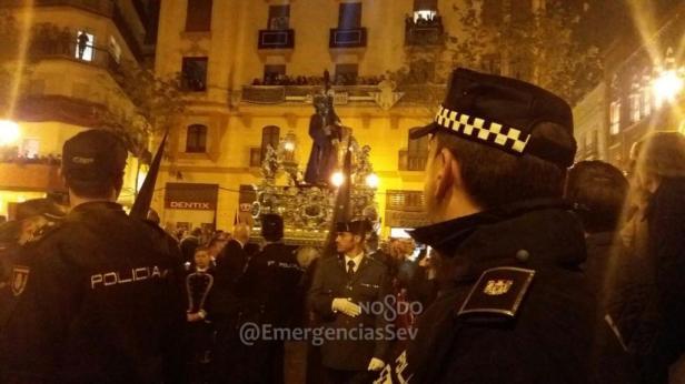 Gran Poder ante el cuerpo de Policías en Sierpes | Emergencias Sevilla