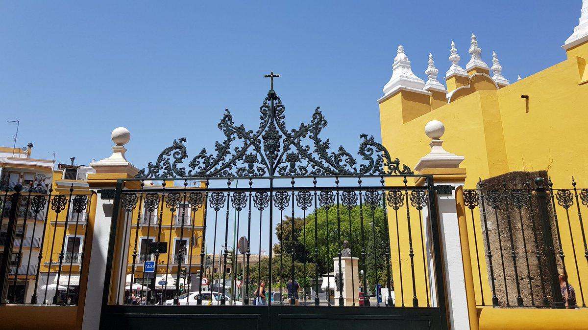 La Macarena completa el cerramiento del atrio de su basílica