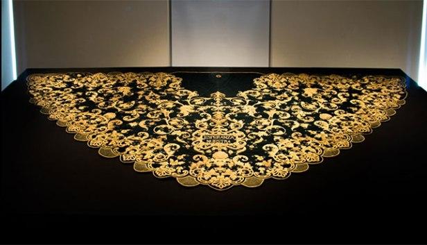 Exposición en Italia con manto y saya de la Macarena | Alfredo Damiani